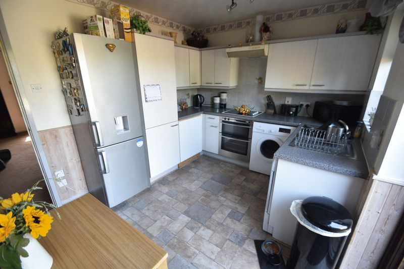 2 bedroom Mid Terrace to buy in Elveden Close, Luton - Photo 6