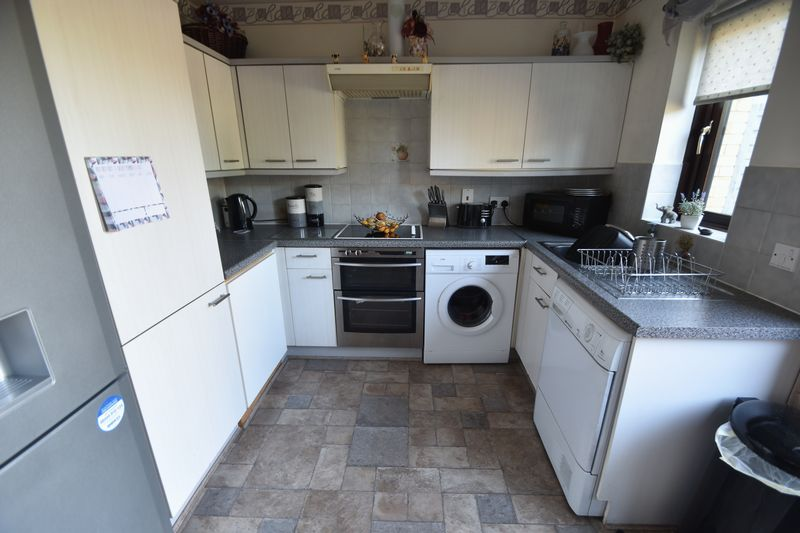 2 bedroom Mid Terrace to buy in Elveden Close, Luton - Photo 7
