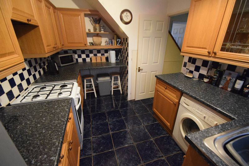 2 bedroom Semi-Detached  to buy in Peartree Road, Luton - Photo 3