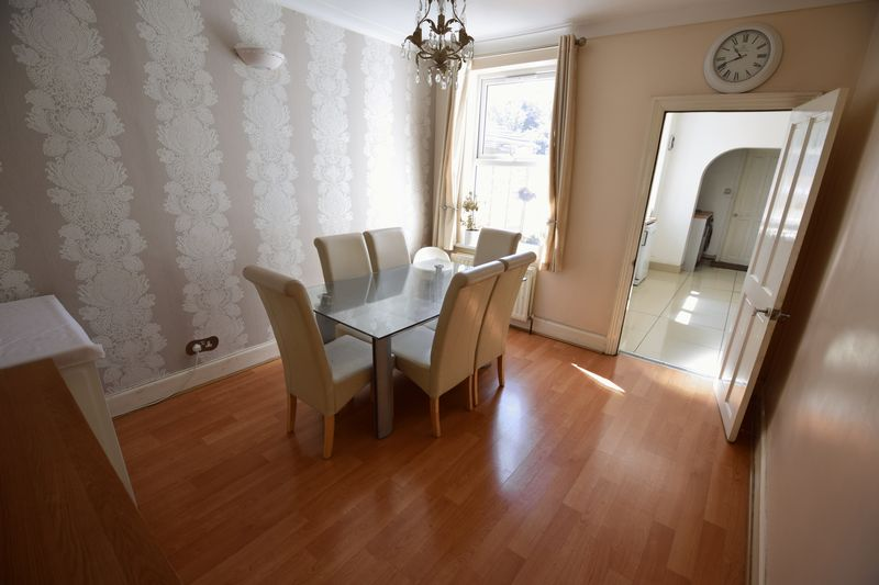 3 bedroom Mid Terrace to buy in Dallow Road, Luton - Photo 2