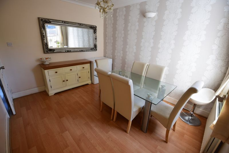 3 bedroom Mid Terrace to buy in Dallow Road, Luton - Photo 3