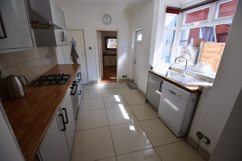 3 bedroom Mid Terrace to buy in Dallow Road, Luton - Photo 5