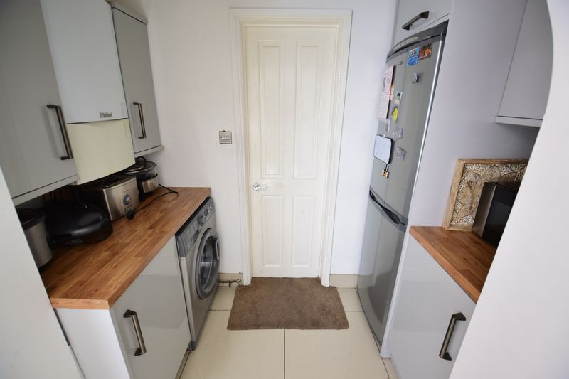 3 bedroom Mid Terrace to buy in Dallow Road, Luton - Photo 6