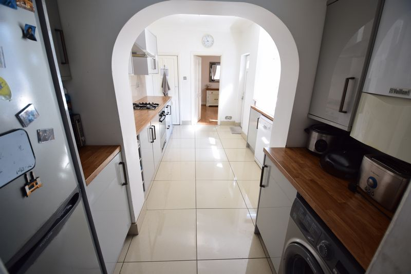 3 bedroom Mid Terrace to buy in Dallow Road, Luton - Photo 7