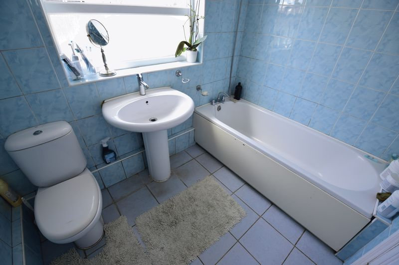 3 bedroom Mid Terrace to buy in Dallow Road, Luton - Photo 8