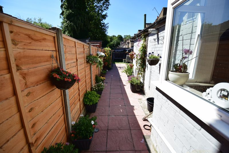3 bedroom Mid Terrace to buy in Dallow Road, Luton - Photo 13