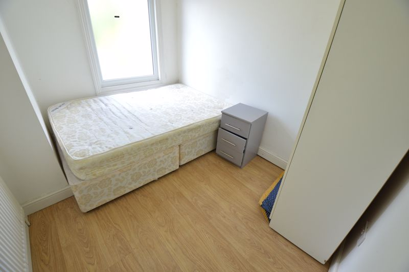 4 bedroom Mid Terrace to buy in Hitchin Road, Luton - Photo 7