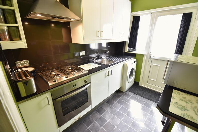 3 bedroom Mid Terrace to buy in Runley Road, Luton - Photo 11