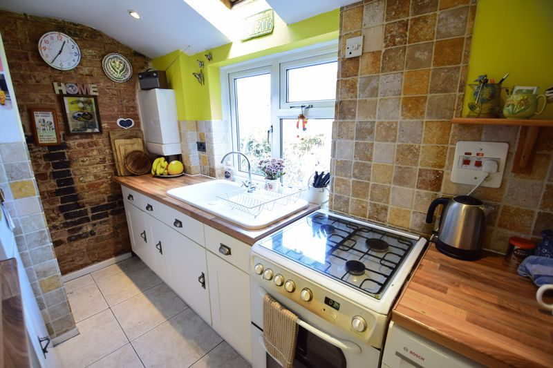 2 bedroom Mid Terrace to buy in Tennyson Road, Luton - Photo 6