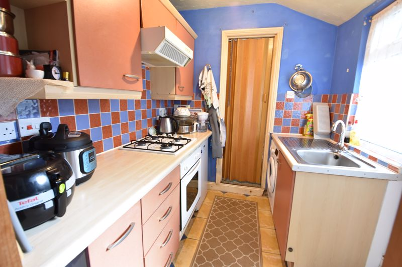 2 bedroom Mid Terrace to buy in Hartley Road, Luton - Photo 4