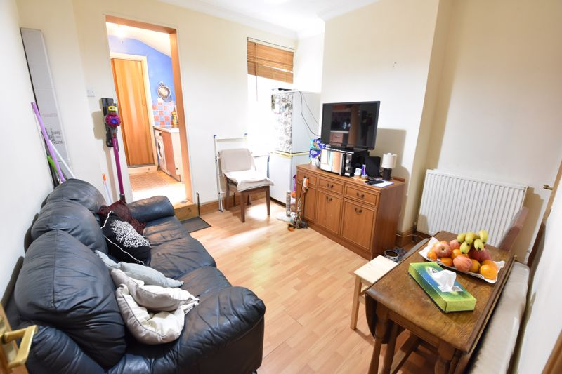 2 bedroom Mid Terrace to buy in Hartley Road, Luton - Photo 5