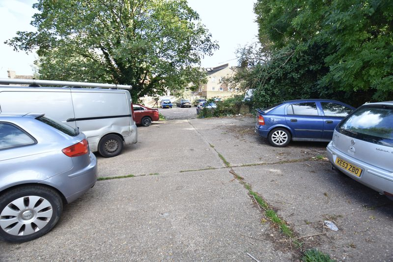 2 bedroom Mid Terrace to buy in Rothesay Road, Luton - Photo 3