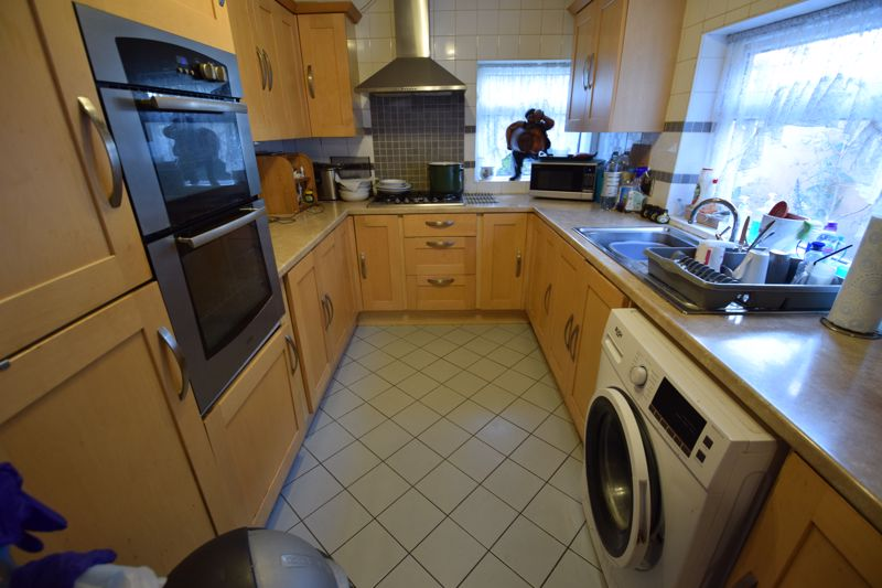 2 bedroom Mid Terrace to buy in High Town Road, Luton - Photo 8
