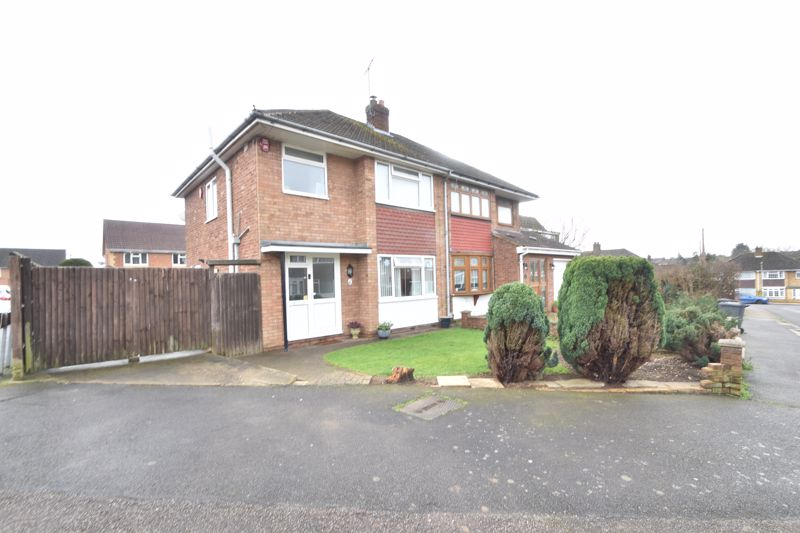 3 bedroom Semi-Detached  to buy in Stephens Close, Luton