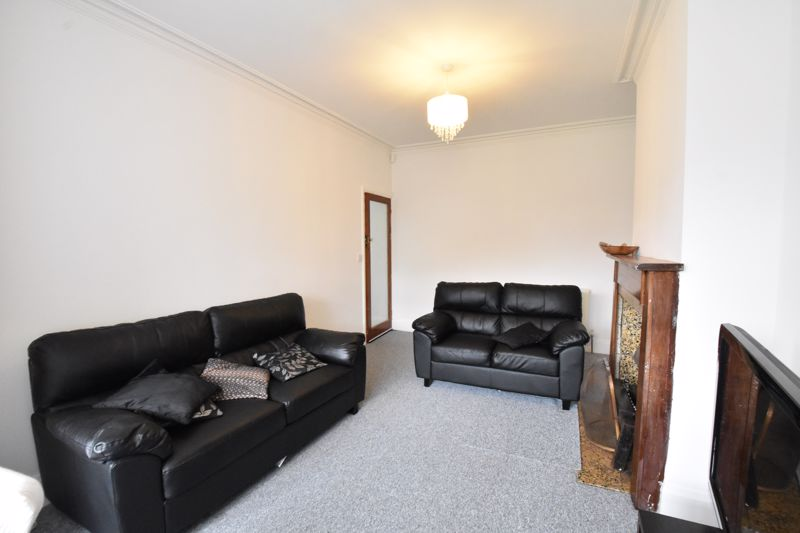 3 bedroom Semi-Detached  to rent in Stockingstone Road, Luton - Photo 3