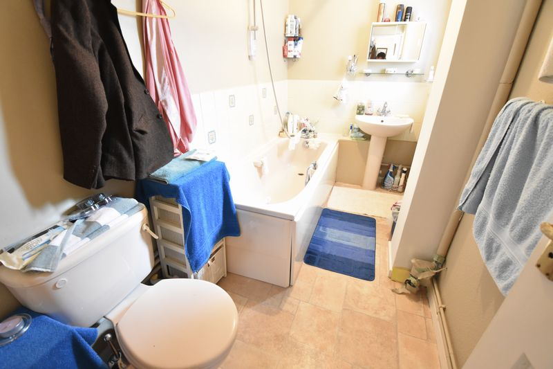 2 bedroom Semi-Detached  to buy in Eastfield Close, Luton - Photo 9