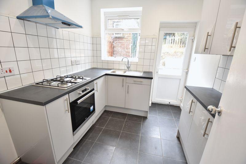 3 bedroom Mid Terrace to rent in Baker Street, Luton - Photo 4