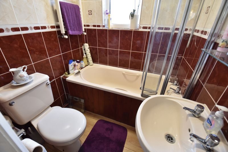 2 bedroom Semi-Detached  to buy in Holtsmere Close, Luton - Photo 11