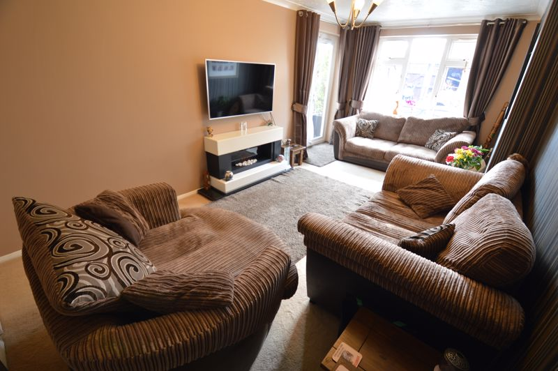 3 bedroom Mid Terrace to buy in Peregrine Road, Luton - Photo 3