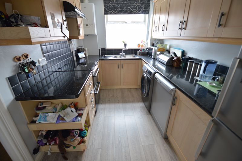 3 bedroom Mid Terrace to buy in Peregrine Road, Luton - Photo 6