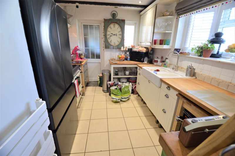 3 bedroom Semi-Detached  to buy in High Wood Close, Luton - Photo 2