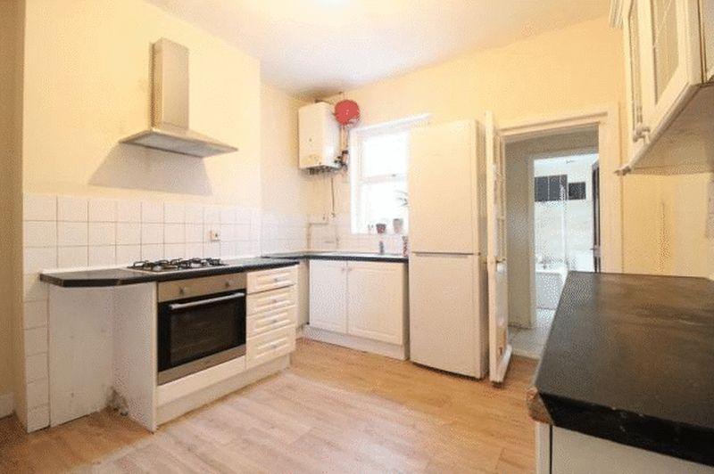 6 bedroom Mid Terrace to buy in Cardigan Street, Luton - Photo 1