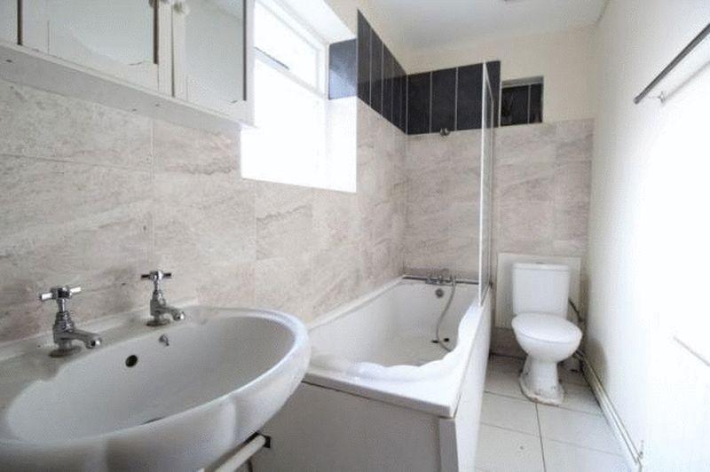 6 bedroom Mid Terrace to buy in Cardigan Street, Luton - Photo 2
