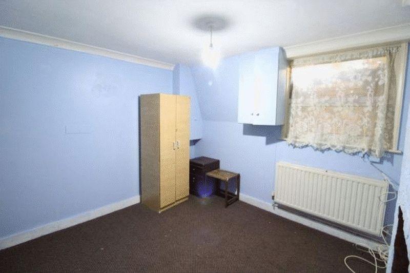 6 bedroom Mid Terrace to buy in Cardigan Street, Luton - Photo 7
