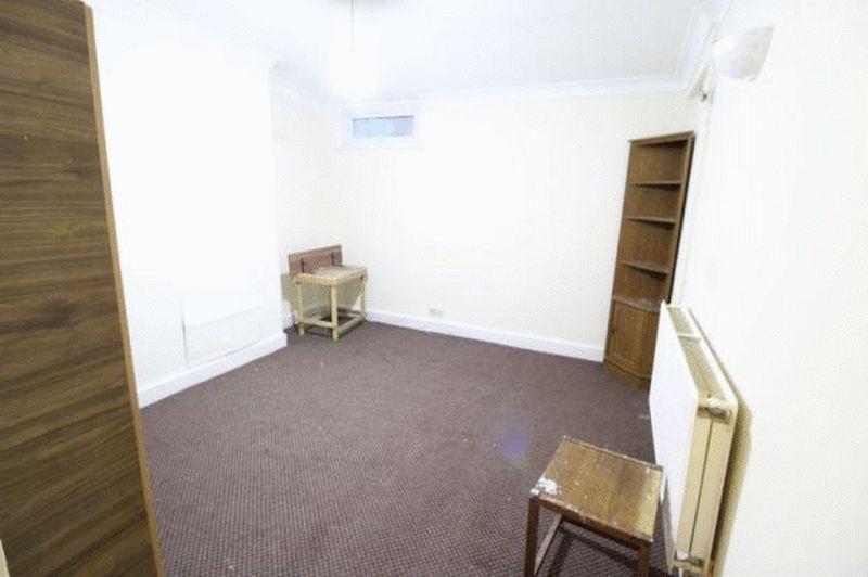 6 bedroom Mid Terrace to buy in Cardigan Street, Luton - Photo 8