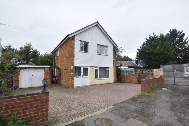 3 bedroom Detached  to buy in Runfold Avenue, Luton