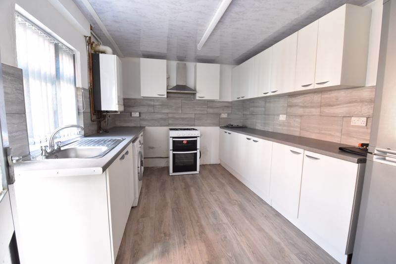 3 bedroom  to buy in Avondale Road, Luton - Photo 5