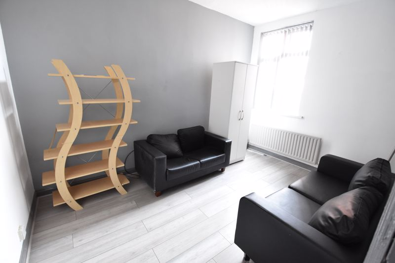 3 bedroom  to buy in Avondale Road, Luton - Photo 7