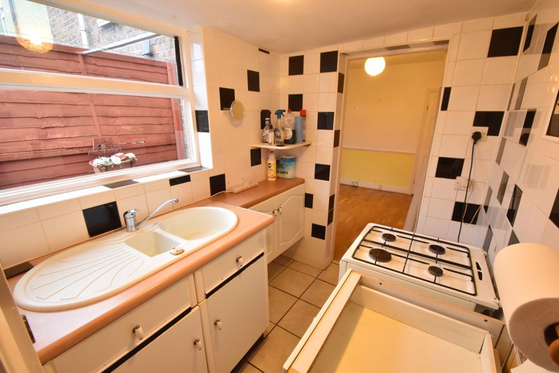 2 bedroom Mid Terrace to buy in Ashton Road, Luton - Photo 8