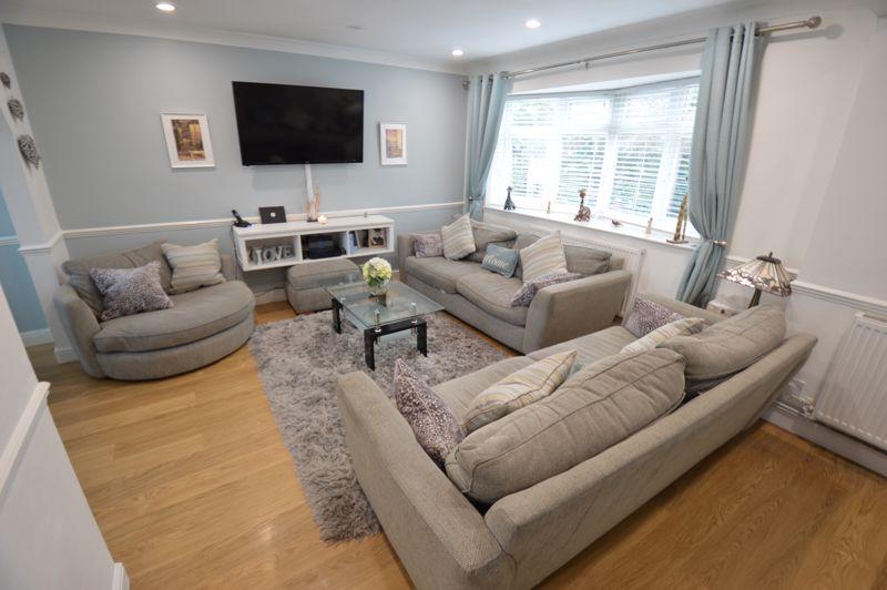 4 bedroom Semi-Detached  to buy in Redgrave Gardens, Luton - Photo 1