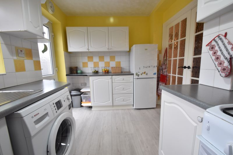 2 bedroom Mid Terrace to buy in Stapleford Road, Luton - Photo 3