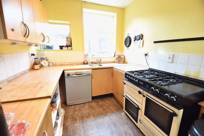 3 bedroom Mid Terrace to buy in Strathmore Avenue, Luton - Photo 7