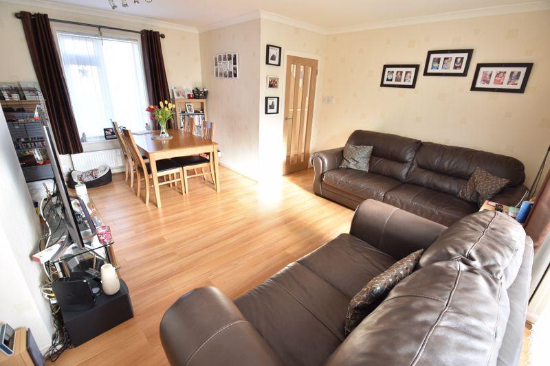3 bedroom Mid Terrace to buy in Taunton Avenue, Luton - Photo 4