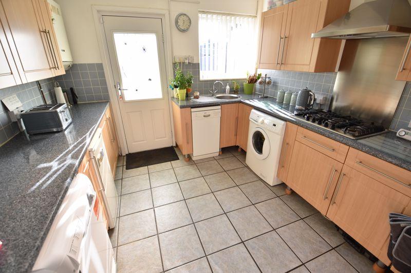 3 bedroom Mid Terrace to buy in Taunton Avenue, Luton - Photo 5