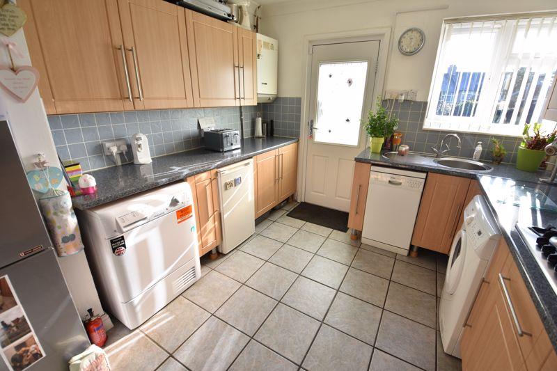3 bedroom Mid Terrace to buy in Taunton Avenue, Luton - Photo 6
