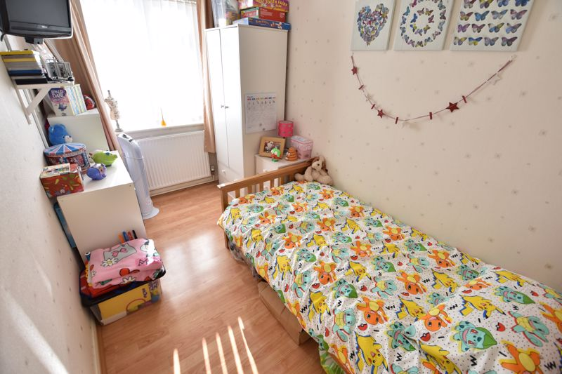 3 bedroom Mid Terrace to buy in Taunton Avenue, Luton - Photo 10
