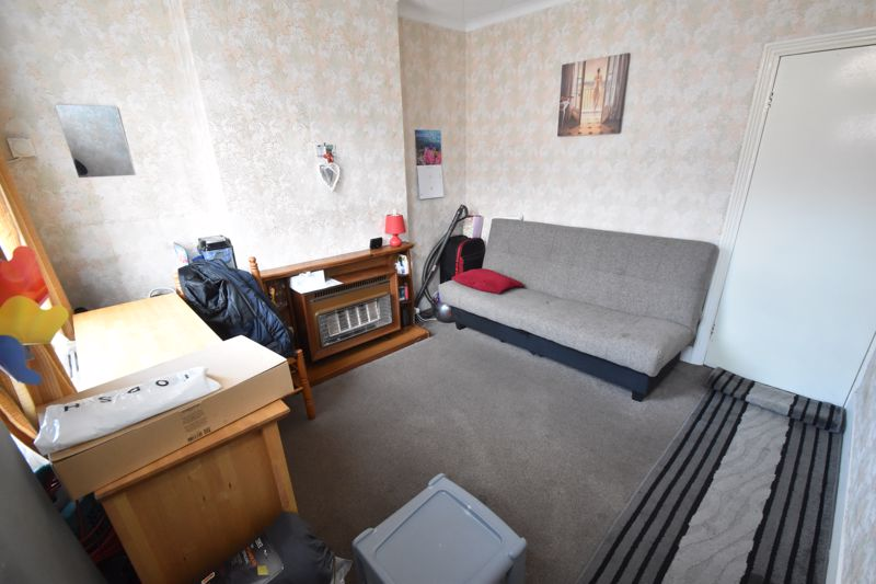 2 bedroom Mid Terrace to rent in Ash Road, Luton - Photo 2