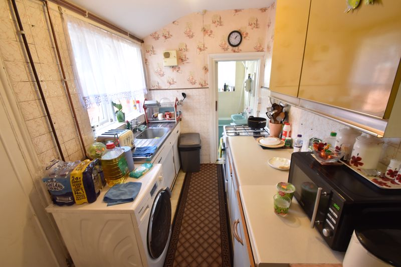 2 bedroom Mid Terrace to rent in Ash Road, Luton - Photo 6