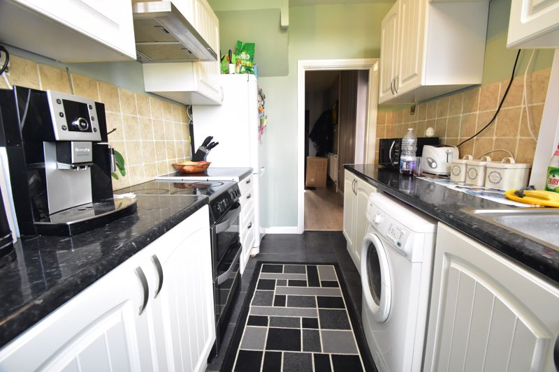 3 bedroom Mid Terrace to buy in Tower Road, Luton - Photo 3