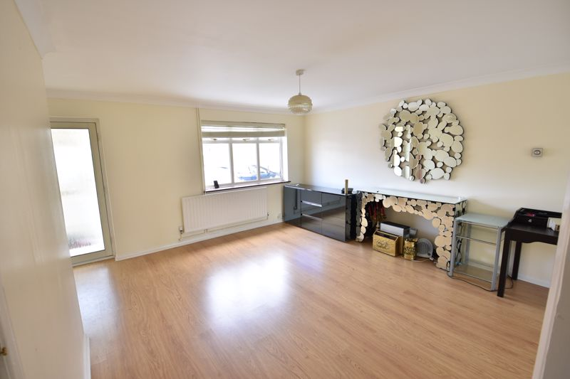 3 bedroom Semi-Detached  to buy in Oving Close, Luton - Photo 4