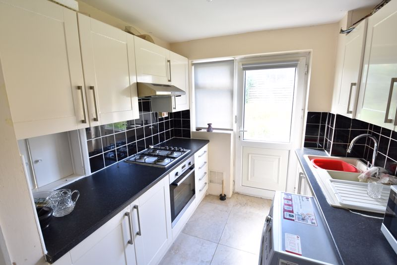 3 bedroom Semi-Detached  to buy in Oving Close, Luton - Photo 5