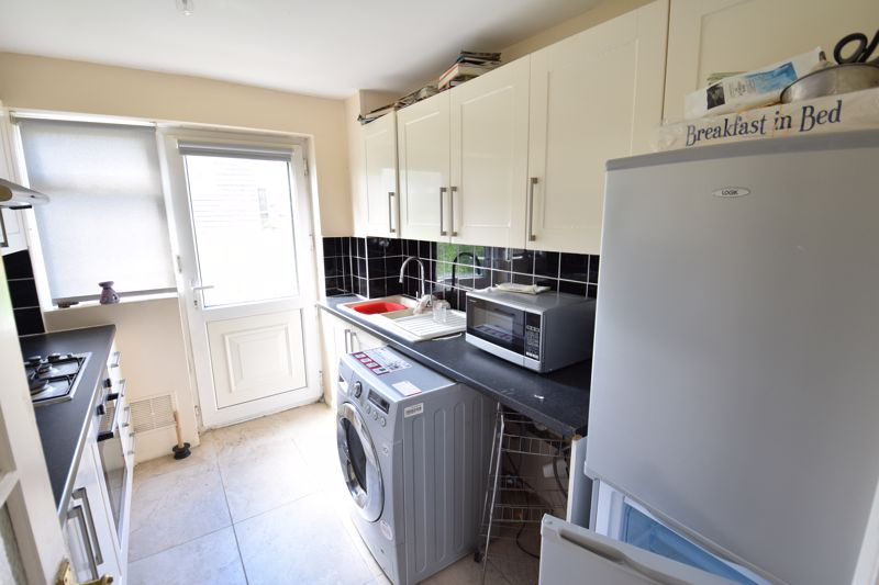 3 bedroom Semi-Detached  to buy in Oving Close, Luton - Photo 6