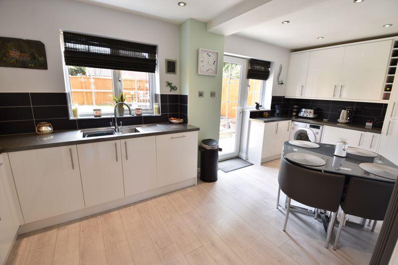 3 bedroom  to buy in Blakeney Drive, Luton - Photo 7