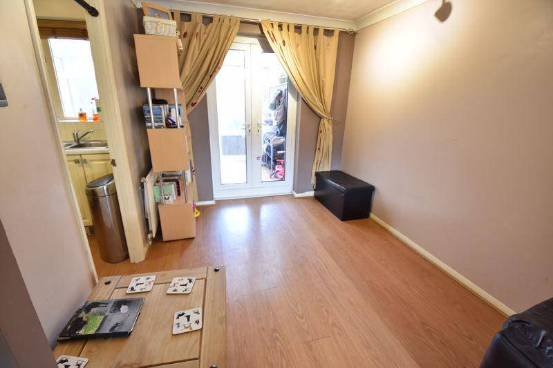 3 bedroom Mid Terrace to buy in Cromer Way, Luton - Photo 2