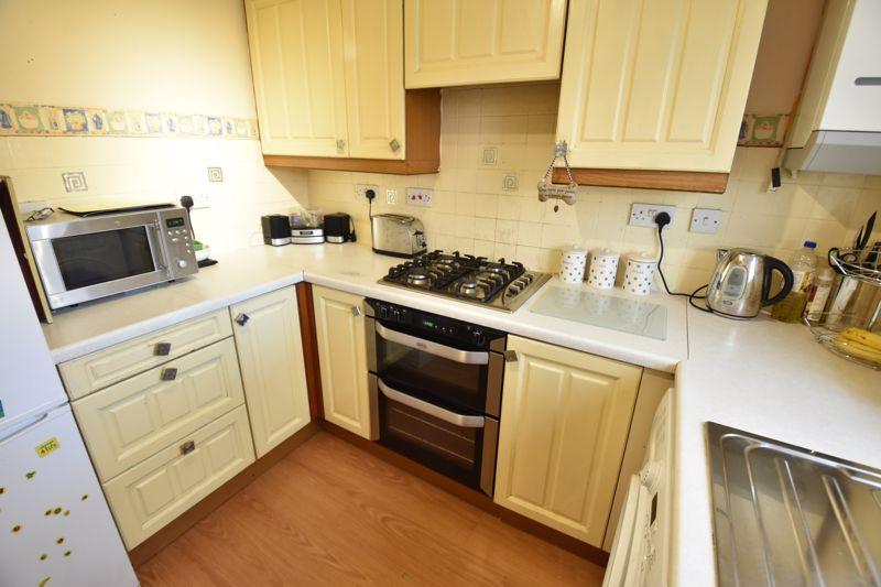 3 bedroom Mid Terrace to buy in Cromer Way, Luton - Photo 3