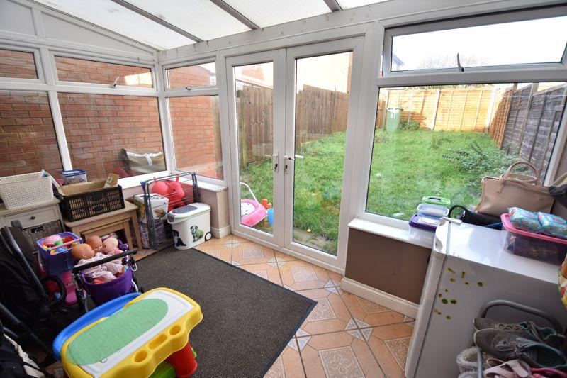 3 bedroom Mid Terrace to buy in Cromer Way, Luton - Photo 5
